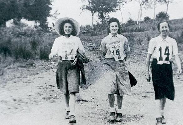 Emakumeen taldea Fortuna Elkartearen lehenengo ibilaldi neurtuan parte hartzen 1941an (Fortuna elkartearen bilduma)