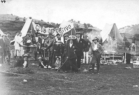Mendizaleen topaketa Arrabako zelaietan 1913an, Bilbao Kirol Elkarteak antolatuta. (A. Bandrés bilduma)