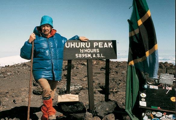 Sheve Peña, 87 urtekin, Kilimanjaroren gailurrean, 1995an  (S. Peña bilduma)