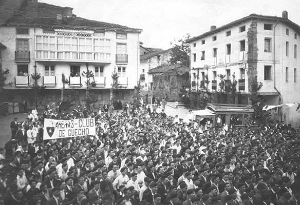 Elgetako plaza Euskal Mendizaleen Federazioaren fundazioaren egunean 1924an.  (A. Bandrés bilduma)