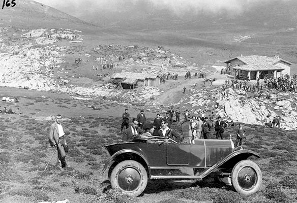 Emilio Alavaren automobila Urbiako zelaietan 1925ean (A. Bandrés bilduma)