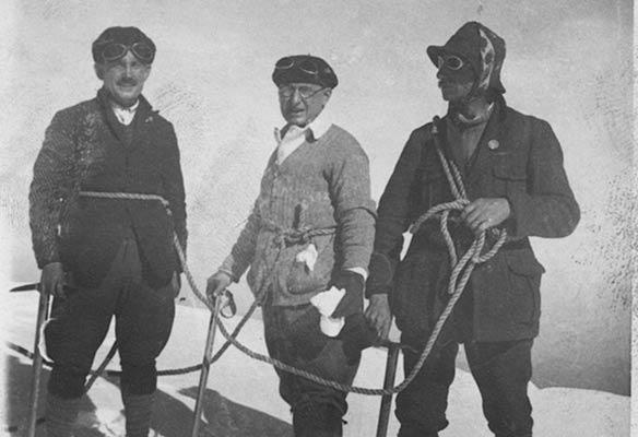 Enrique Uriarte eta Antxon Bandrés, beraien gidariarekin Mont Blanceko tontorrean 1926an (A. Bandrés bilduma)